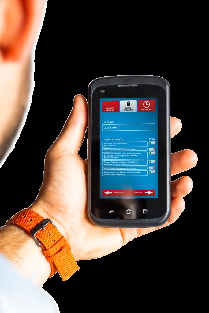 Téléphone portable ouvert sur l'application Scan & Control